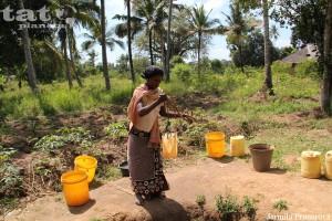 49. Každodenní práce keňské ženy, kohoutkem si neotočí...
